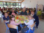 A écouter 👂: un village où les anciens et les plus jeunes déjeunent tous les jours ensemble à la cantine.